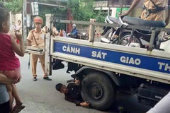 Ôm bánh xe ô tô Cảnh sát giao thông ăn vạ
