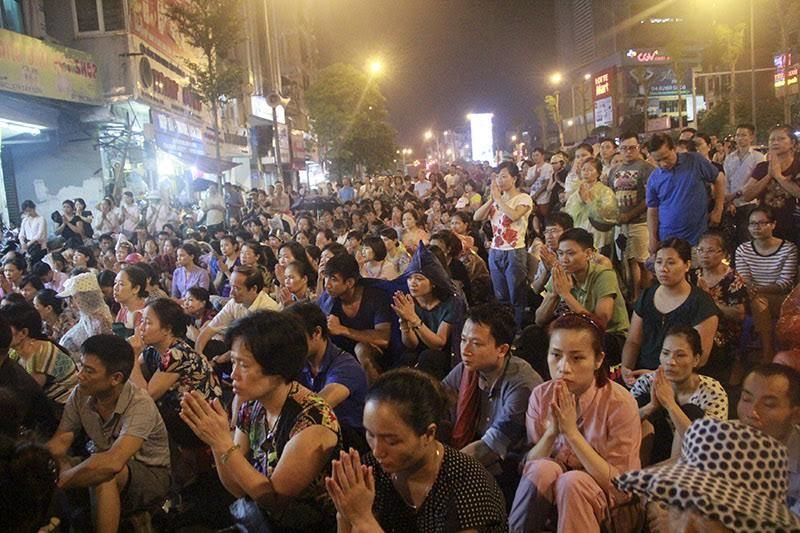 Biển người đội mưa nghe giảng kinh Vu lan ở chùa Phúc Khánh