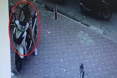 """Cận cảnh """"hot girl chân dài"""" trộm xe SH nhanh trong tích tắc"""