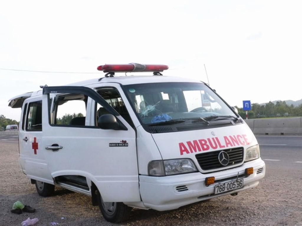 Cản xe cấp cứu chở người chết khỏi bệnh viện