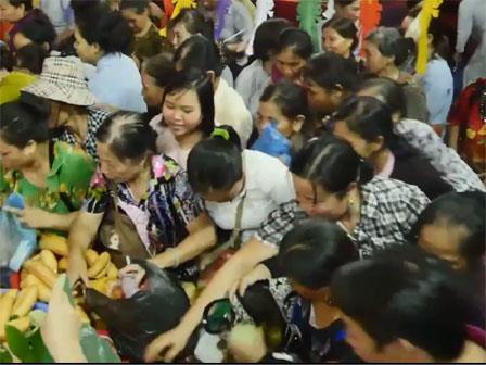 Màn tranh cướp lộc Vu lan kinh hoàng của người Việt