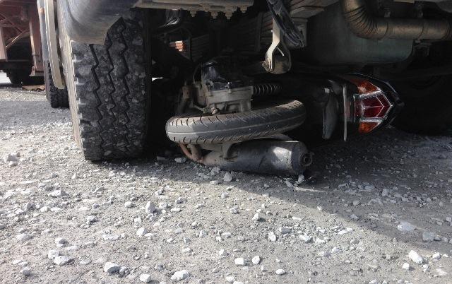 Thai phụ 7 tháng chết thảm dưới gầm xe container