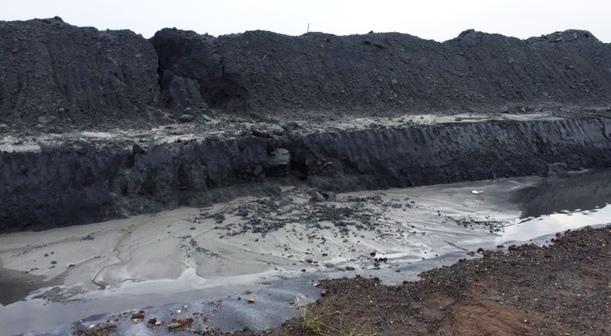 Hình hài núi chất thải khổng lồ ở Hải Phòng