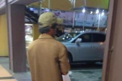 Người đàn ông nghèo và chiếc bánh trung thu trong siêu thị