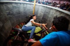 Thiếu nữ 18 mạo hiểm lái môtô bay kiếm sống
