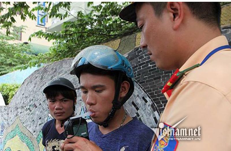 CSGT kiểm tra nồng độ cồn người điều khiển phương tiện giao thông trưa 17/8. Ảnh: Phạm Hải