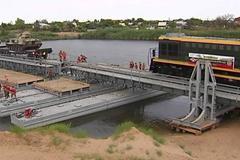 Xem xe lửa bọc thép băng qua sông Volga