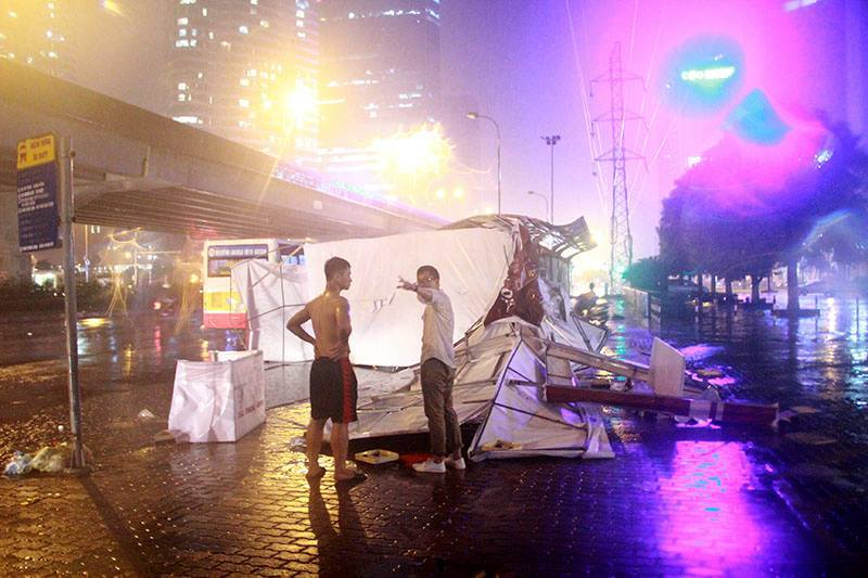 Mưa dữ dội, lụt, tắc khắp Hà Nội
