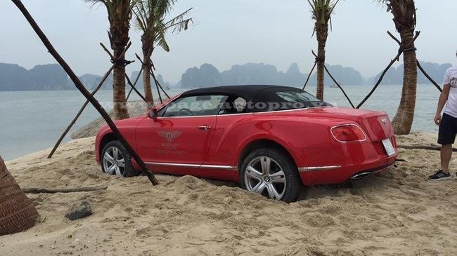 Quảng Ninh: Nghịch cát, siêu xe Bentley mui trần 12 tỷ gặp nạn