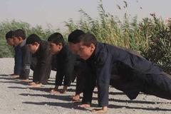IS tung ảnh luyện chiến binh nhí như đặc vụ