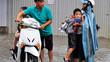 Trường học Hà Nội khẩn cấp gọi phụ huynh đón con vì mưa bão