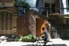 Sự mộc mạc đầy ấn tượng của ngôi nhà phố sẵn sàng cắt đất làm sân vườn ở Hà Nội