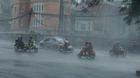 Clip gió giật cấp 9 quần thảo Hà Nội, quật dúi dụi xe máy