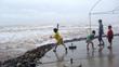 Bão về mưa to, gió giật, trẻ vẫn 'vui đùa' bên sóng lớn