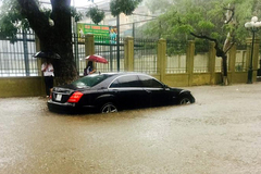 Hà Nội: Mercedes S63 AMG 'chết đuối' trong biển nước