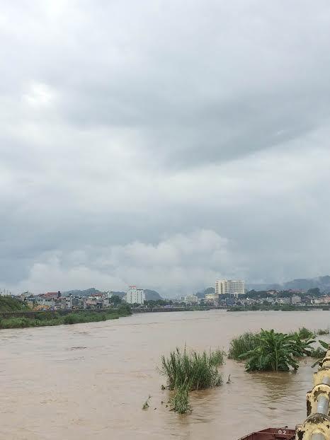 Lũ trên sông Hồng vượt báo động 1, cuốn mất tích 1 người