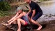 Du khách thét lên đau đớn vì bị cá sấu cắn rách tay
