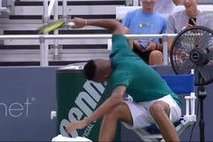 """""""Trai hư"""" Nick Kyrgios nổi điên đập nát 3 cây vợt liên tiếp"""