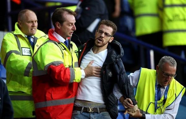 Nổi giận đòi Wenger từ chức, CĐV Arsenal choảng nhau với Leicester