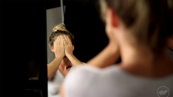 Tâm điểm CN: Clip cô gái 'không mặc quần áo' ra đường hút 7 triệu