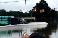 Xem siêu xe tải băng qua lũ kinh hoàng