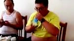 10 clip 'nóng': Kinh ngạc cậu bé uống hết chai nước trong 1 giây