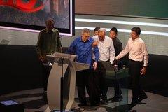 Thủ tướng Singapore quỵ xuống khi phát biểu trực tiếp