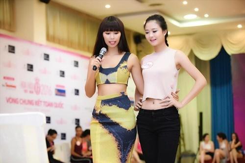 Siêu mẫu Hà Anh mặc sexy hướng dẫn cho thí sinh Hoa hậu