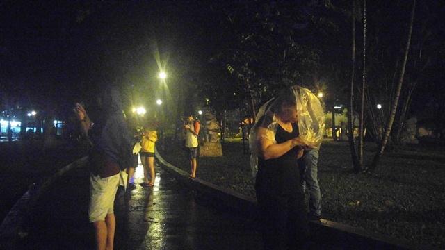 Nửa đêm dầm mưa săn Pokémon ở Sài Gòn