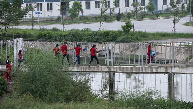 Thót tim các cô gái leo tường rào lao qua cao tốc