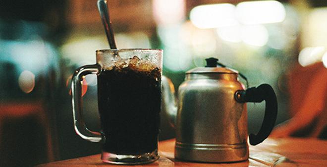 Cà phê bẩn vỉa hè: Chi phí chỉ 1.000 đồng, giá bán gấp 30 lần