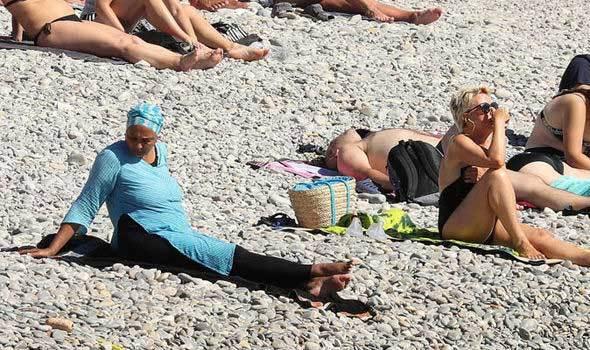 Cảnh sát ép phụ nữ lột áo bơi Hồi giáo trên bãi biển