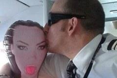 Phi công hôn búp bê tình dục trong buồng lái