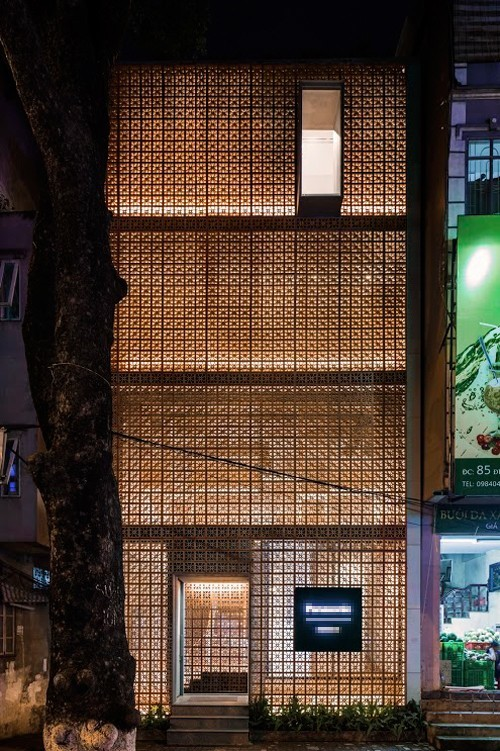 20160824152756 ngoi nha12 Thiết kế ngôi nhà giữa Thủ đô ba mặt không cửa sổ vẫn đủ ánh sáng, gió
