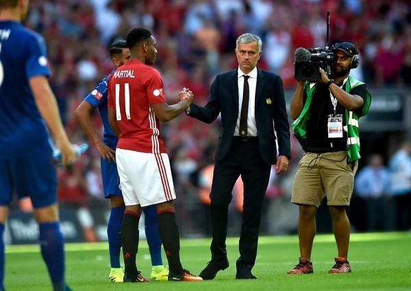 Mourinho cảnh báo Martial giải quyết chuyện gái gú