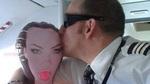 Tiếp viên hàng không nhổ phì phì, phi công hôn búp bê tình dục trong buồng lái