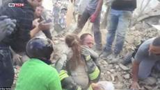 Nghẹt thở giải cứu bé gái dưới đống đổ nát