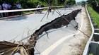 Vết nứt khổng lồ kéo xệ cả đoạn quốc lộ