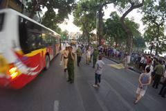 Xe bus đâm liên hoàn bên hồ Gươm, 1 phụ nữ tử vong