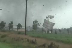 Video lốc xoáy thổi bay hàng loạt ngôi nhà