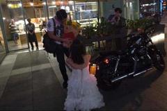 Cưỡi Harley, mang sổ đỏ tới cầu hôn bạn trai
