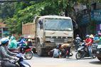 2 nữ sinh lồm cồm bò ra từ gầm xe tải
