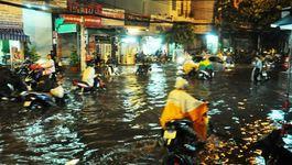 Mưa lớn giờ tan tầm, Sài Gòn ngập nặng, giao thông hỗn loạn