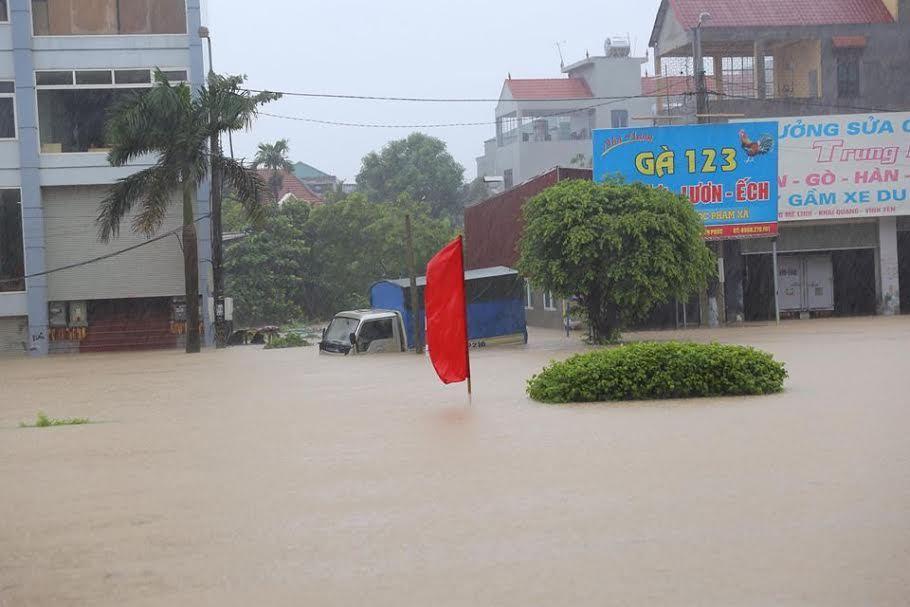 Mưa ngập nhiều thành phố, có nơi ngang thắt lưng