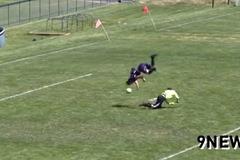 Xem cầu thủ bật santo vượt qua thủ môn rồi ghi bàn