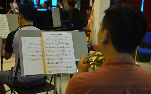 Nhạc trưởng Lê Phi Phi tập cùng dàn nhạc 'Điều còn mãi'