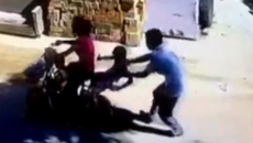 Em bé bị bế thốc đi, kẻ bắt cóc lao lên ô tô tẩu thoát