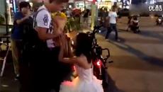 Thiếu nữ quỳ gối cầu hôn chàng trai giữa phố gây sốt