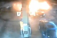 Ô tô đâm cây xăng cháy dữ dội, mẹ cuống cuồng giải cứu 2 con