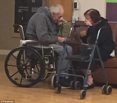 Xúc động chuyện cặp vợ chồng già khóc vì không được ở chung viện dưỡng lão